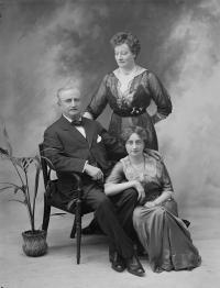1914 portrait of John Redmond and family.